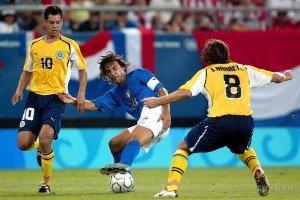 Pirlo tenta sair da marcação paraguaia em vitória diante da Itália na 1ª fase