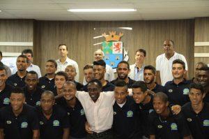 Estreando no futebol profissional, o CA Diadema escolheu Ataliba (centro) para liderar a equipe. União é que não falta, como mostra a foto.