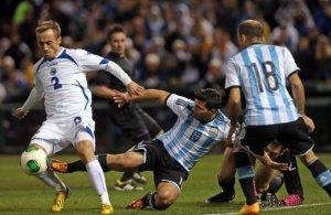 Olha esse argentino catimbeiro parando o futebol arte da Bósnia com falta