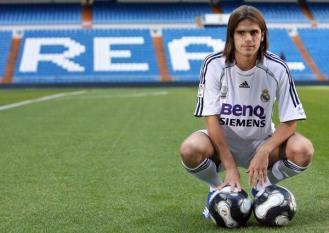 Fernando Gago, na foto muito mais jovem chegando ao Real, hoje defende o Boca