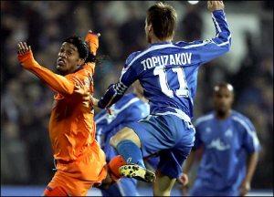 Ronaldinho aterrorizado diante de um time búlgaro em 2006