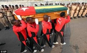 Enterro de Améleté Abal, assistente técnico da seleção do Togo morto após ataque contra ônibus na Copa da África de 2010