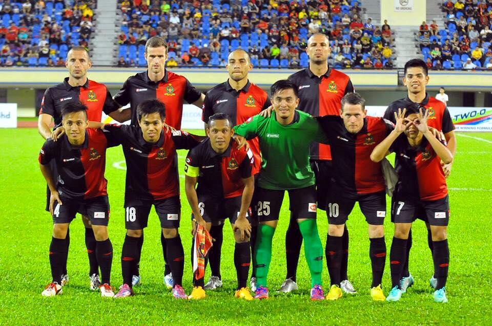 O time do DPMM FC. O camisa 7 engraçadinho atende pelo nome de Azwan Ali Rahman (Crédito: Divulgação)