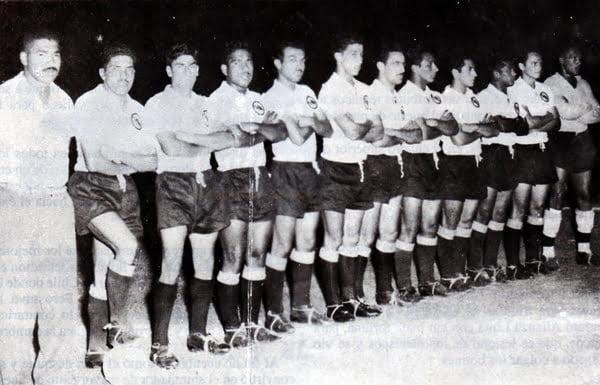 Marcos Calderón (à esquerda), no título do Sport Boys em 1958