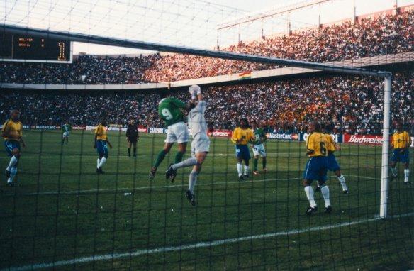 Moreno disputa bola com Taffarel na final da Copa América de 1997