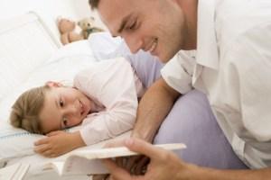 buonanotte-con-papa-che-legge-le-favole-alla-sua-bimba