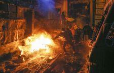 Kiev: battaglia senza sosta nella capitale ucraina. 200 i feriti e 31 arresti mentre sulle barricate di piazza Maidan viene affissa una foto di Ghandi