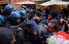 Blitz dei Forconi a Roma. Il Coordinamento 9 dicembre ha manifestato fuori da Montecitorio, occupata la basilica di S. Maria Maggiore