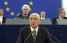 Contestazione leghista a Giorgio Napolitano nel Parlamento europeo. Dura presa di distanza da parte di tutti i deputati di Strasburgo. A Roma ancora polemiche Grillo- Boldrini