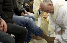"""Papa Francesco a Rebibbia per la cerimonia della lavanda dei piedi ai detenuti: """" Pregate perché il Signore lavi anche le mie sporcizie"""""""