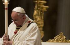 Francesco a Piazza San Pietro celebra la Messa di Pasqua dopo aver invitato durante la veglia notturna a non avere paura del mistero e della realtà