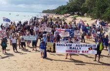 Manifestazioni in Australia contro l'Islam. Gli organizzatori, però, non si sentono razzisti. La polizia interviene per separarli dagli antirazzisti