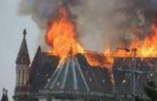 A fuoco la basilica di Nantes, in Francia