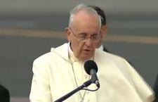 Il Papa accolto in Ecuador da una folla oceanica. All'arrivo il vento gli fa uno scherzetto