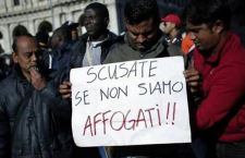 Migranti: ridotto dalla Ue il numero degli accolti, mentre continuano gli arrivi. Disilluse le speranze italiane