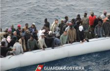 Morti in 200 in due barconi affondati? Strage nel camion con 50 migranti asfissiati in Austria
