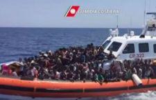 """300 i migranti affogati nell'ultima disgrazia. Arrestati i 5 scafisti . Il Papa: respingerli è """"atto di guerra"""""""