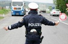 Austria: polizia scopre e blocca camion su cui stavano morendo migranti. Erano in 26