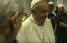 Papa Francesco a sorpresa visita la casa d'accoglienza per uomini soli da lui voluta accanto al Vaticano