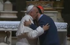 Francesco a Firenze: voglio una Chiesa che si sporchi in mezzo alle strade e non alla ricerca del potere