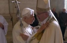 Francesco rivince la scommessa contro la paura aprendo la Porta Santa. Con lui, Benedetto XVI