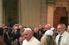 Roma: caloroso e fraterno incontro tra Francesco e la comunità ebraica nella Sinagoga