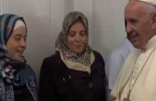 Papa Francesco torna da Lesbo con 12 profughi siriani, tra cui sei bambini