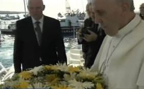 Papa Francesco lancia corona nel mare di Lampedusa