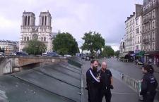 Parigi: squilibrato fa il terrorista a Notre Dame. Turisti bloccati, mentre la polizia gli spara