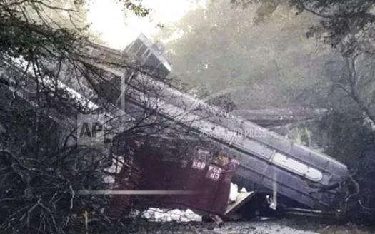 Usa: deraglia treno. Decine di carrozze giù da un viadotto su autostrada