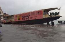 Venezia. Immagine di un'Italia che passa da un'emergenza all'altra. Tra l'una e l'altra il niente
