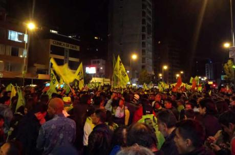 Los seguidores de Alianza País se mantendrán en vigilia cerca del CNE. Foto: ÚN