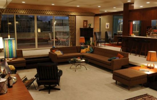 Sunken living room design with contemporary sofas in brown and hanging light fixture - NO.1# BEAUTIFUL SUNKEN LIVING ROOM DESIGN IDEAS