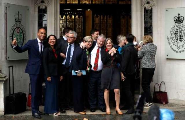 Des opposants au Brexit, le 24 septembre devant la Cour suprême, à Londres.