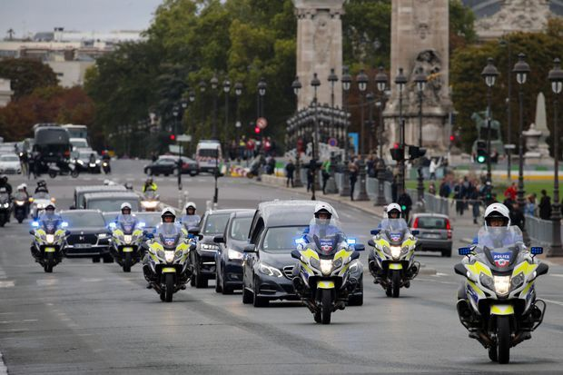 Le convoi conduisant le cercueil de Jacques Chirac aux Invalides, dimanche.
