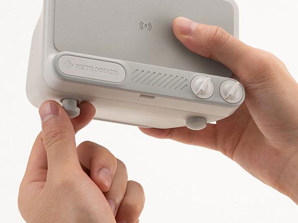retroduck q dock ampli recharge sans fil enceinte iphone 03 - Retroduck Q, Transforme l'iPhone en Télé d'Epoque (video)