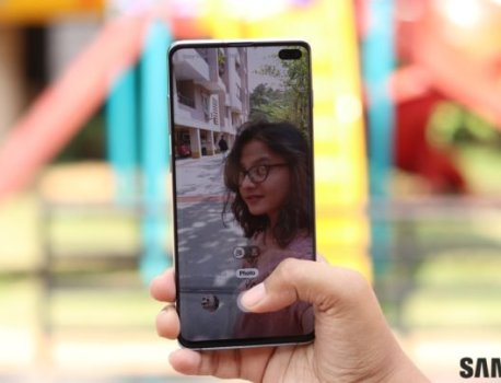 Where to find the AR Doodle camera feature on the Galaxy S10