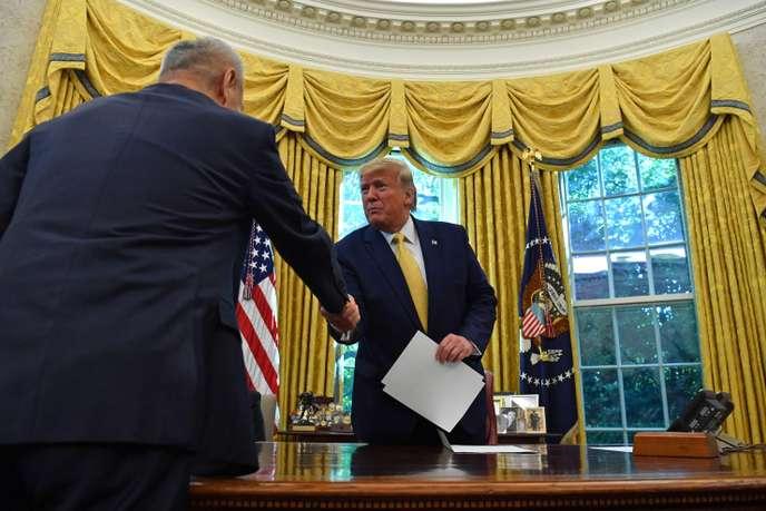 Le président Trump et le haut responsable chinois Liu He, vendredi 11octobre, dans le bureau Ovale de la Maison Blanche.