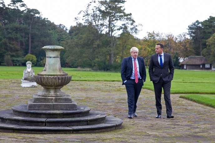 Le premier ministre britannique, Boris Johnson, et son homologue irlandais, Leo Varadkar, aumanoir de Thornton (Angleterre), le 10 octobre.