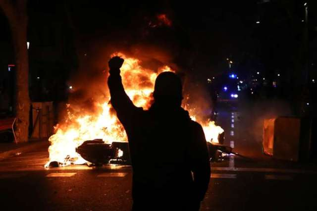 Un manifestant lève le poing face à la police lors d'affrontements à Barcelone, Espagne, le 15 octobre.