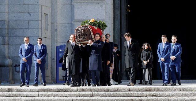 Plusieurs membres de la famille de Franco ont porté son cercueil/AFP/Juan Carlos Hidalgo
