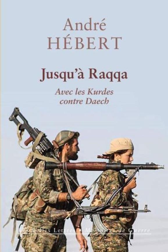 """La couverture du livre\""""Jusqu'à Raqqa. Avec les Kurdes contre Daech"""" du FrançaisAndré Hébert."""
