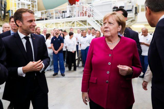 Angela Merkel et Emmanuel Macron visitent l'usine d'assemblage de l'A350 à Toulouse
