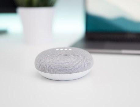 Vous devriez prévenir vos invités qu'il y a un Google Home qui écoute dans la maison