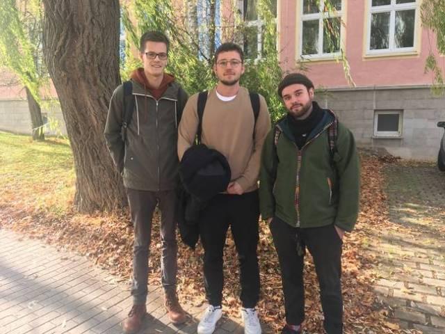 Torbenn Levin et Denis, trois étudiants vingtenaires venus de l'ouest pour étudier à Erfurt, le 30 octobre 2019.