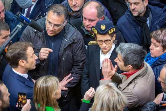 Emmanuel Macron discute avec d'anciens salariés sur le site de l'ex-usine Whirlpool àAmiens, le 22 novembre.