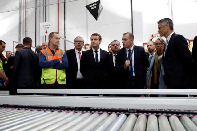 Emmanuel Macron lors de sa visite du centre logistique de Boves près d'Amiens, en octoobre 2017.