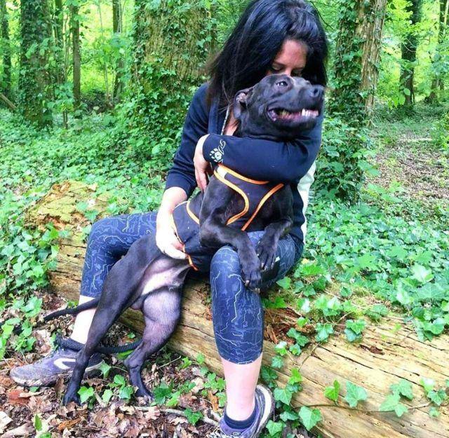 Elisa Pilarski en compagnie de l'un de ses cinq chiens./DR