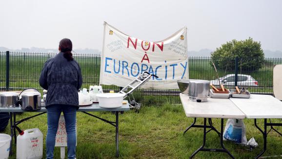 Une manifestante opposée au projet EuropaCity lors d\'un rassemblement, le 19 mai 2019 à Gonesse (Val-d\'Oise).