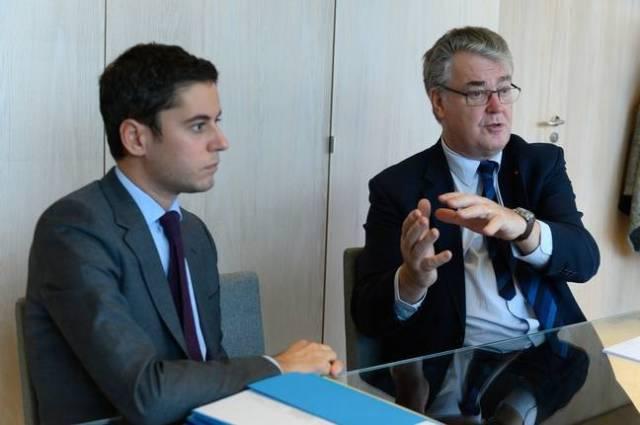 Gabriel Attal et Jean-Paul Delevoye, le 28 novembre 2019, à Paris.